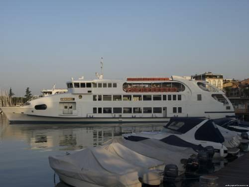 Кораблик ждет пассажиров в вояж по озеру